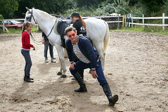 Herec byl kvůli natáčení donucen vylézt na koně.