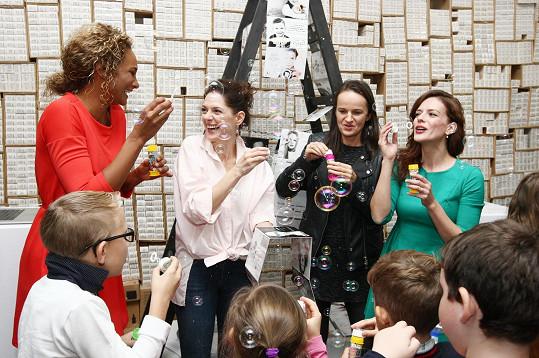 Netradiční kalendář pokřtila herečka Klára Issová a fotografka Lenka Hatašová. Kmotrou se stala také Lejla Abbasová, která se zároveň ujala i moderování večera.