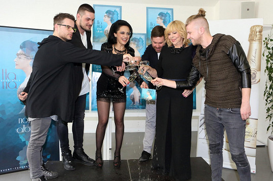 Lucie Bílá pokřtila nové album, které si nadělila k životnímu jubileu. Za kmotru jí šla Hana Zagorová.