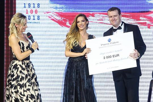 Verešová převzala šek na 2 000 euro pro Nadační fond Andrey Verešové.