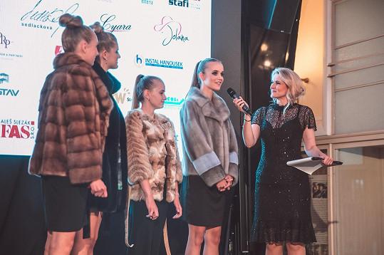 Mladé modelky s moderátorkou akce Lenkou Špillarovou, novou tváří pořadu Nový den na Primě.