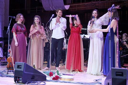 Křtu se zúčastnila i přítelkyně miliardáře Karla Janečka Lilia Khousnoutdinová (druhá zprava).