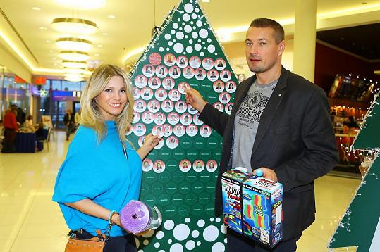 Petr s manželkou vybírali dárky pro děti z dětských domovů.