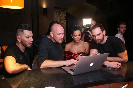 Andrea při výběru fotek se stylistou Samem Dolce a fotografem Martinem Šebestou (zleva)