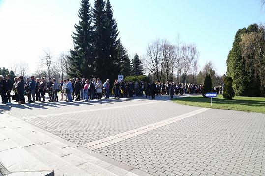 Na pohřeb milované umělkyně dorazily desítky tisíc lidí.