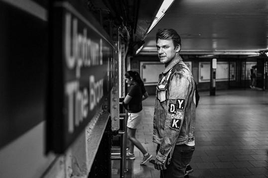 Vojtěch Dyk je dlouhá léta hudebně spojen hlavně s brněnským B-Side Bandem. Svým sólovým projektem však nijak nenaruší společné působení a koncertování.