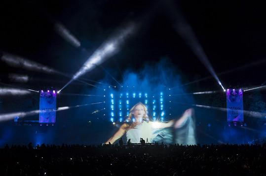 Michaela zpívala na audiovizuální show Vltava žije.