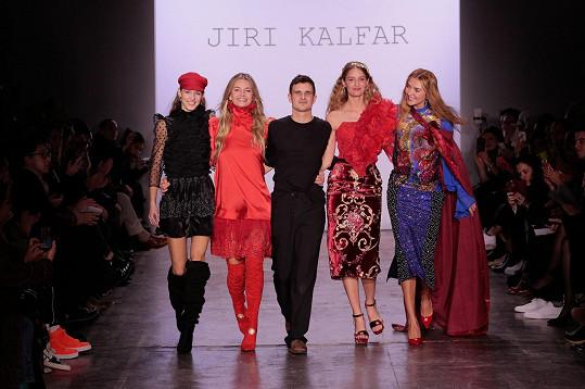 Návrhář Jiří Kalfař se svými kráskami