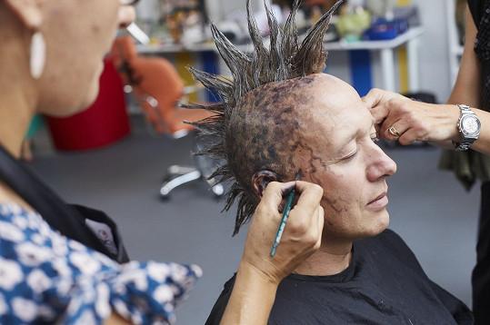 Na hlavě mu dámy vytvořily i výrazný make-up.