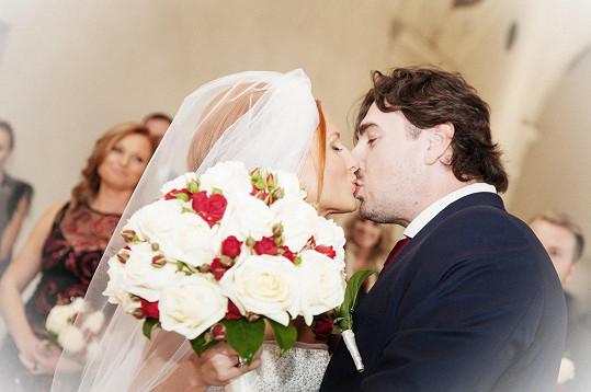 Tak vypadal první manželský polibek.
