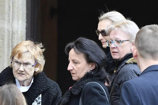 Na smuteční obřad dorazila manželka Renata (uprostřed)