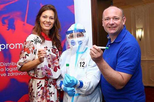 S ředitelem Anděla Davidem Novotným a sestřičkou v kompletním ochranném obleku