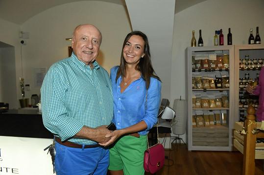 Sám je spokojený ve vztahu s výtvarnicí Lucií Gelemovou.