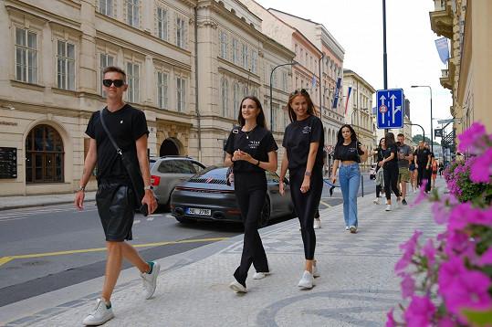 Průvodcem po centru města byl finalistkám Michael Kováčik, který v Praze už deset let žije.