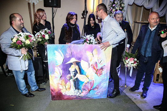 Marie dostala na křtu desky Jarka Šimka jako dárek obrovský obraz.
