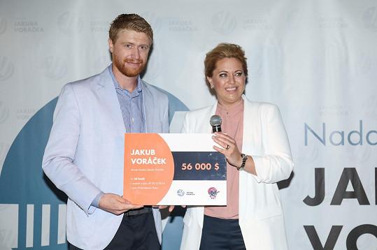 Při příležitosti Mezinárodního dne roztroušené sklerózy Jakub Voráček oficiálně předal své nadaci 56 000 dolarů za body odehrané v sezóně a play off 2015/2016.