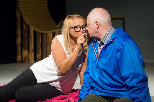 Bob Klepl a Anna Šišková hrají ve hře Polibek Muže a Ženu, které náhoda či osud svede ve stejný čas na stejné místo - do lesa.