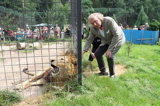 Dědu svého kmotřence si Kristian Kodet hladil obezřetně přes plot.