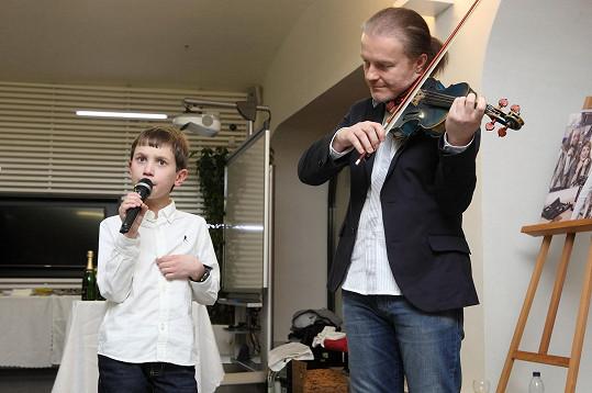 O hudební vložku se postarali Pavel Šporcl a Honzík, se kterým se houslista do kalendáře fotil.
