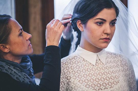 Celeste Buckingham v klipu kapely Slza oblékla svatební šaty.