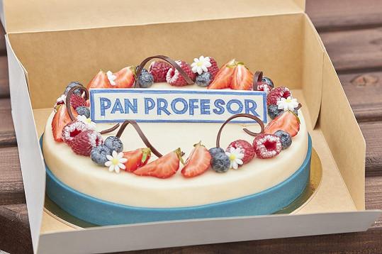 Dostali dort s logem seriálu Pan profesor.