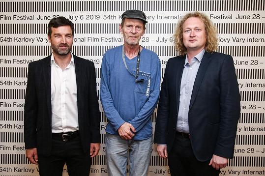 Režiséři filmu Staříci Ondřej Provazník a Martin Dušek (vpravo) s hercem Jiřím Schmitzerem