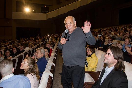 Burt mluvil před zaplněným Kongresovým centrem.