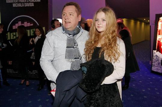 Dcera mu roste do krásy.