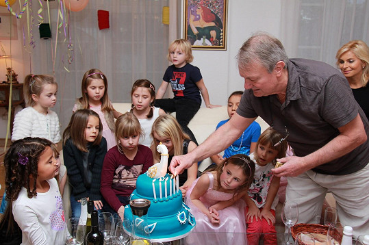 Svíčky na dortu osobně zapálil tatínek Jiří Adamec.