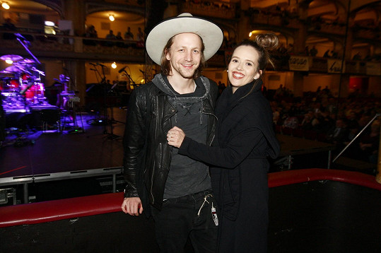 Tomáš Klus vzal manželku Tamaru na country koncert.