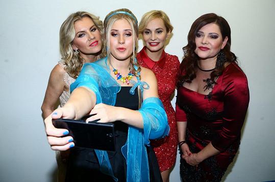 Zpěvačka Elis se vyfotila s Leonou Machálkovou, Monikou Absolonovou a Ilonou Csákovou před koncertem Královen popu.