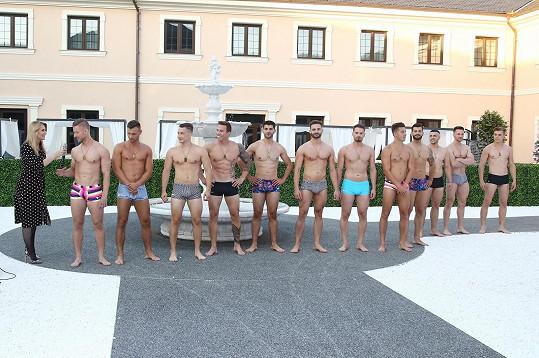 Finalisté Muže roku si na soustředění vyzkoušeli přehlídku v plavkách.