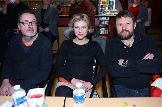 V hlavní roli reportéra Karla Berana exceluje Josef Polášek (vlevo). Stejně výtečně mu sekundují Jitka Ježková v roli Marty či Karel Zima v roli Khaleda.