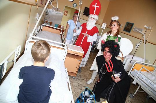 Děti dostaly dárky.