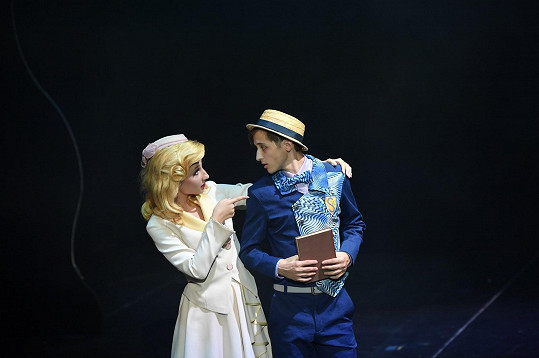 Jan Franc jako Boq v civilu na jevišti v Čarodějce s přítelkyní Natálkou Grossovou v roli Glindy