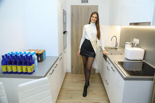 Ukázala také kuchyň.