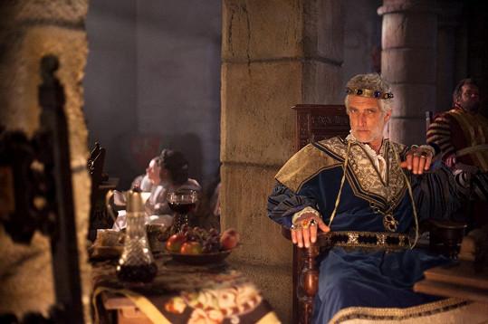 Český herec Tomáš Hanák hraje umírajícího krále.