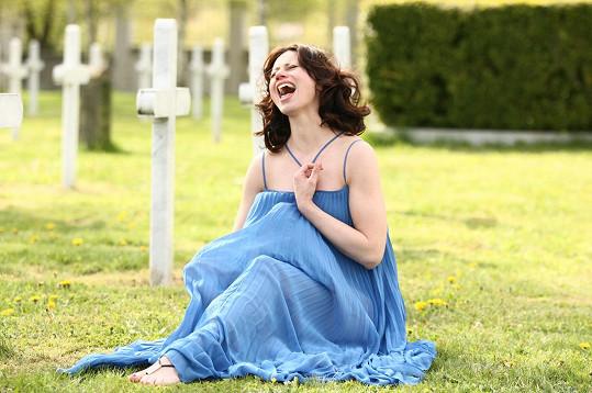 Děj klipu se odehrává i na hřbitově.