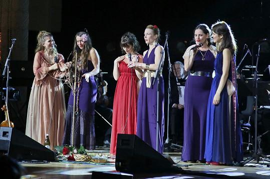 Bára zazpívala v Obecním domě společně se svou kapelou Yellow Sisters.