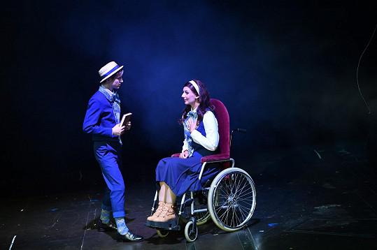 V roli se do něj zamiluje dívka Nessarose, která je odkázaná na invalidní vozík...