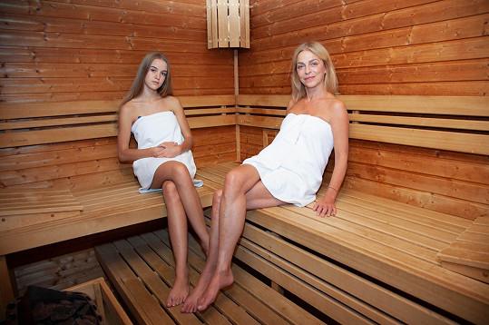 Lucie s Amélii v sauně