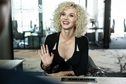 Jana Plodková tentokrát sice nemusela měnit barvu vlasů. Filmový styling je ale velmi odlišný od civilu.