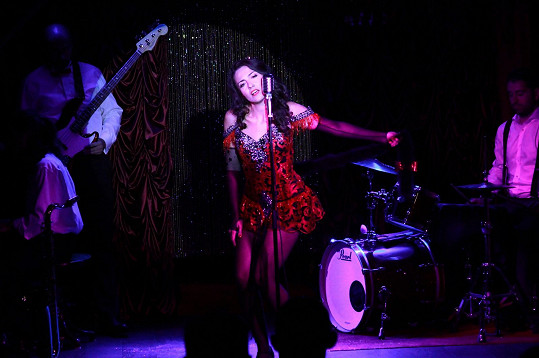 Lucia Siposová působí v kabaretu.
