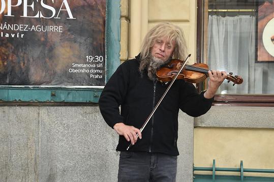 Jaroslav Svěcený si zkusil hraní na ulici.