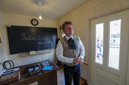 Petr Batěk ukazoval dětem, jak se dříve učilo před sto lety.