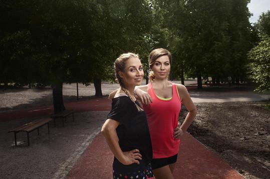 Do internetové talkshow zvou moderátorky Tereza Tobiášová a Barbora Hlaváčková zajímavé osobnosti Česka a ptají se jich během jednoho kilometru na všechno podstatné.