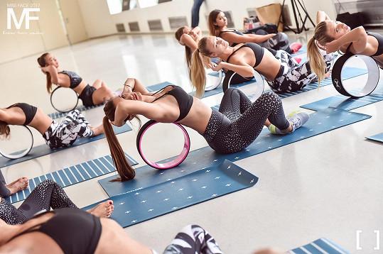 Miss Face cvičila s finalistkami jógu.