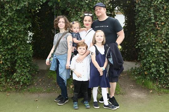 David s manželkou a čtyřmi dětmi