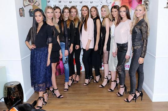 Taťána Makarenko se svými finalistkami Miss Face