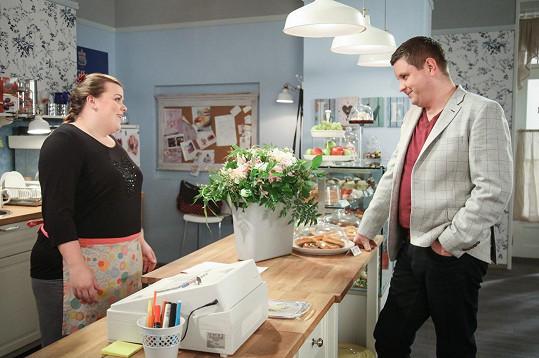 V seriálu se potká se svou divadelní kolegyní Lucií Polišenskou.